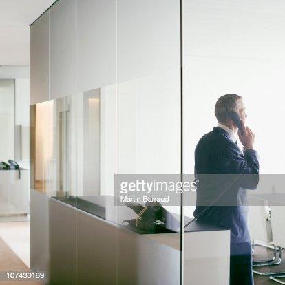 Uomo d'affari parlando sul cellulare nella sala conferenze