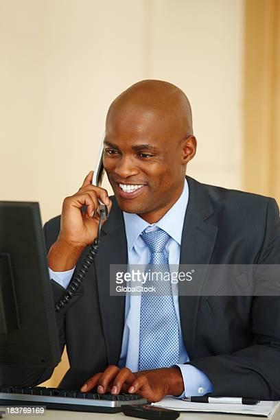 Geschäftsmann sprechen auf Handy vor computer