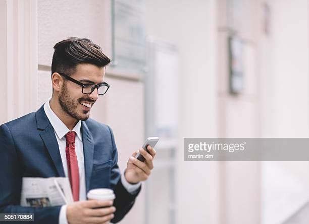 Geschäftsmann SMS auf das Telefon