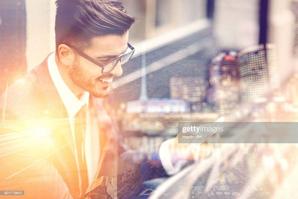 Homme d'affaires, envoyer des SMS sur la rue : Photo