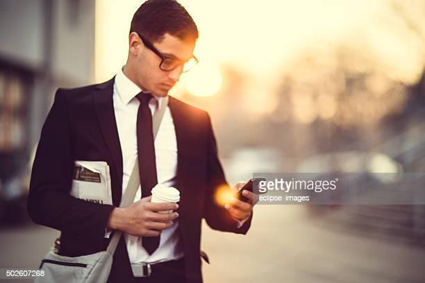 Homme d'affaires à envoyer des SMS