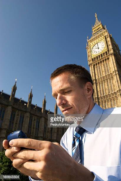 Homme d'affaires de textes en face de Big Ben, Londres