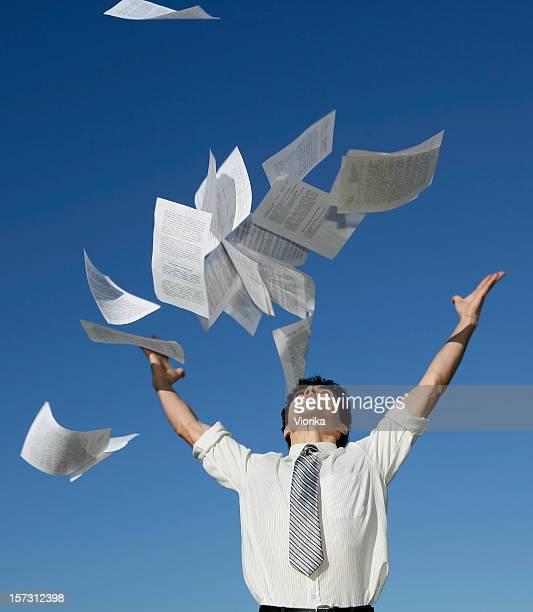 Geschäftsmann werfen Papiere