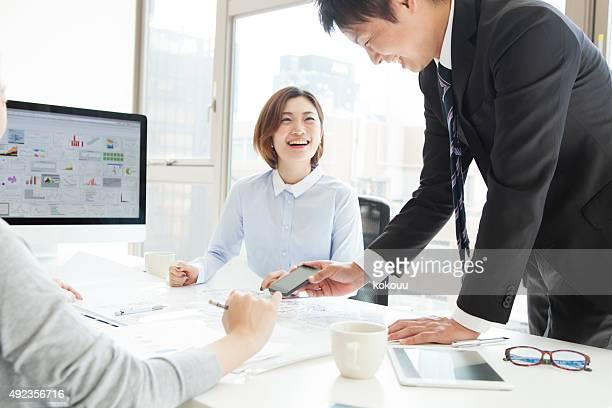 ビジネスマンを話す、オフィスで