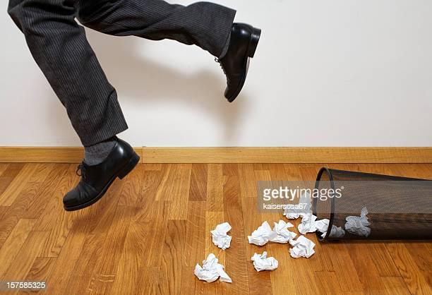 Empresario disparo de papelera de papel usado