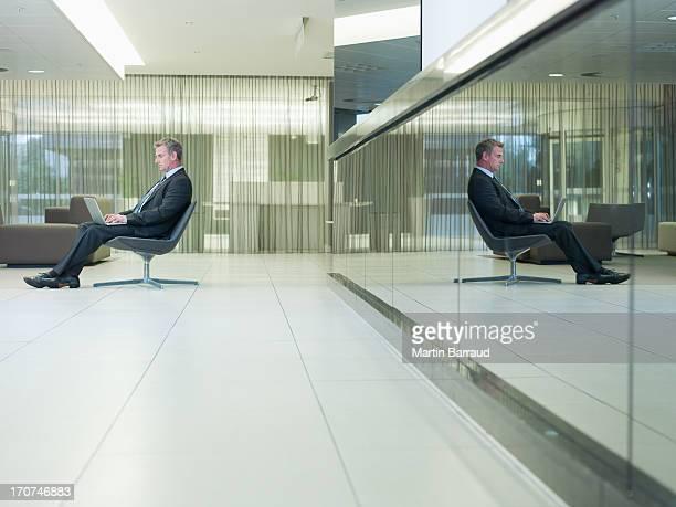 Homme d'affaires de taper sur un ordinateur portable dans le bureau
