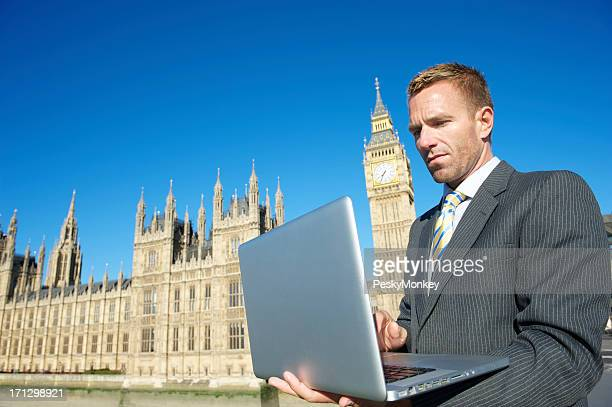 Geschäftsmann mit Laptop-Computer in London