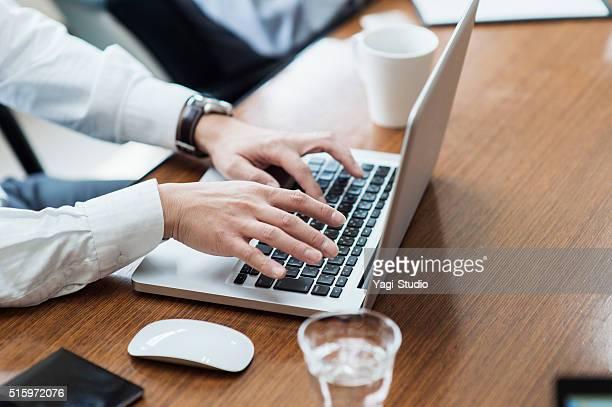 ビジネスマン、ラップトップを使用している PC