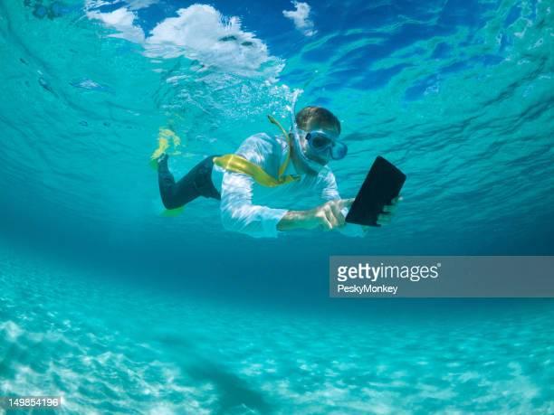 Geschäftsmann mit digitalen Tablet PC Unterwasserwelt und Schnorcheln