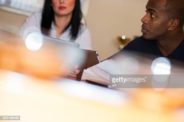 Geschäftsmann mit digitalen Tablet während der Sitzung