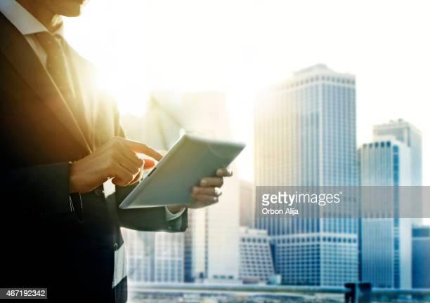Homme d'affaires à l'aide de tablette numérique dans l'État de New York