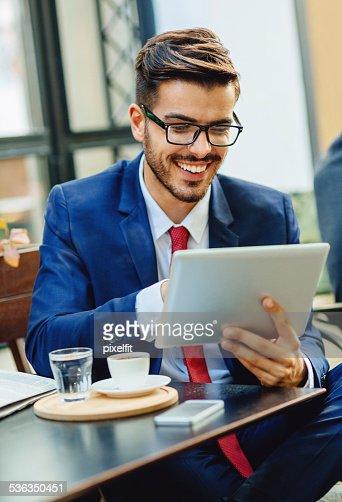 Uomo d'affari utilizzando PC Ultramobile