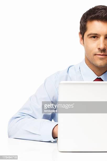 Hombre de negocios utilizando el ordenador portátil aislado