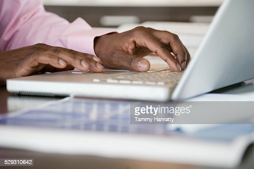 Businessman using laptop : Stock-Foto