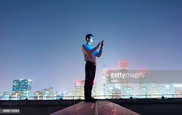 Geschäftsmann auf smart phone