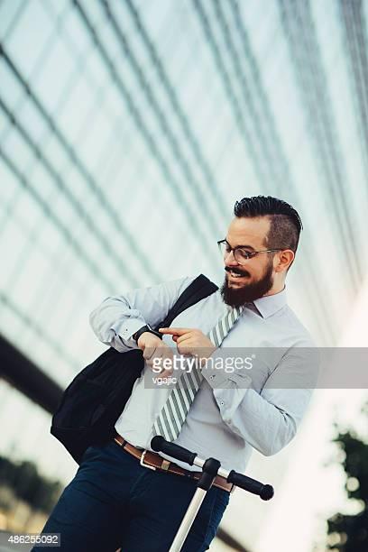 Geschäftsmann auf Smart Watch.