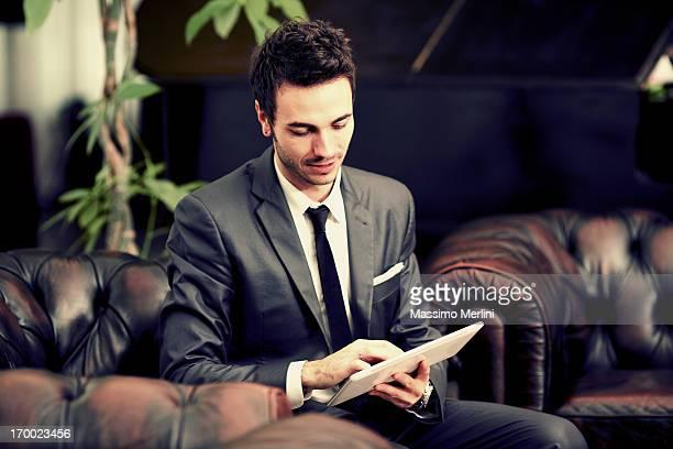 Geschäftsmann mit tablet-PC in der hotel lobby
