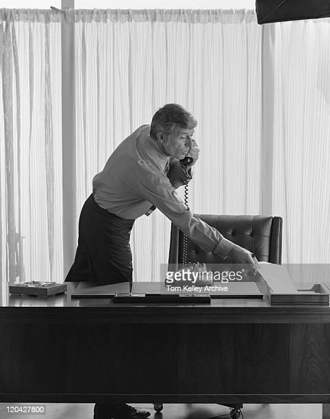 Geschäftsmann am Telefon im Büro