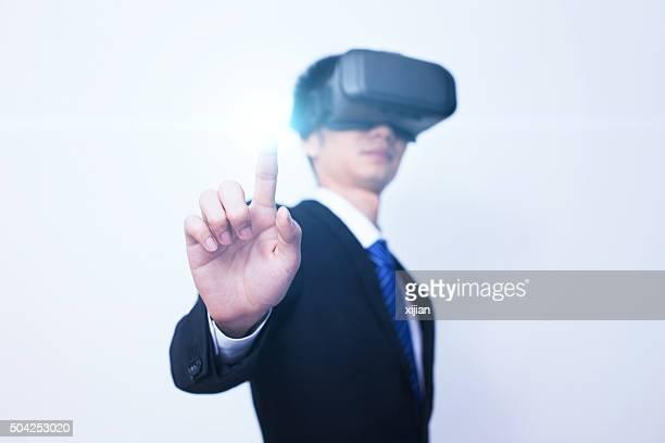 ビジネスマンバーチャルリアリティヘッドセットを使用