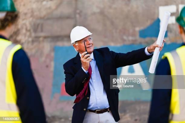 Uomo d'affari con walkie-talkie sul sito