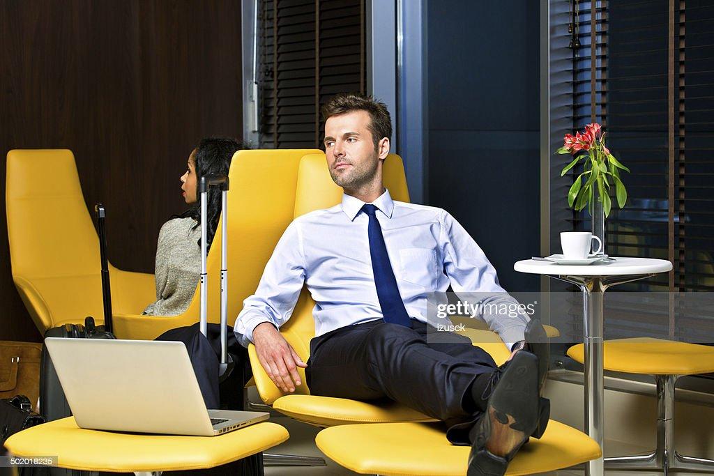 Geschäftsmann warten auf dem Flug : Stock-Foto