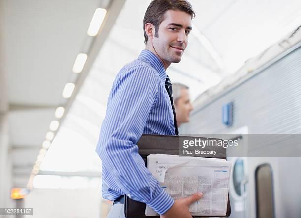 Geschäftsmann warten auf Zug im Bahnhof