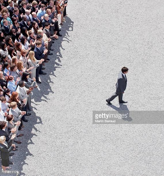 Homem de Negócios andar longe de Bater Palmas crowd (expressão inglesa)