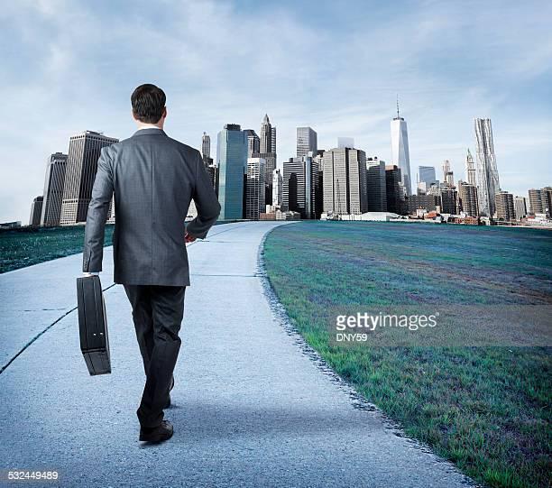 Homme d'affaires marchant dans la ville