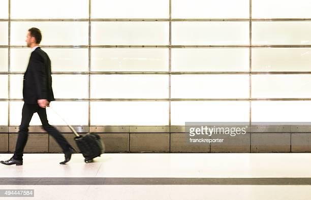 Homme d'affaires à pied de la gare ferroviaire