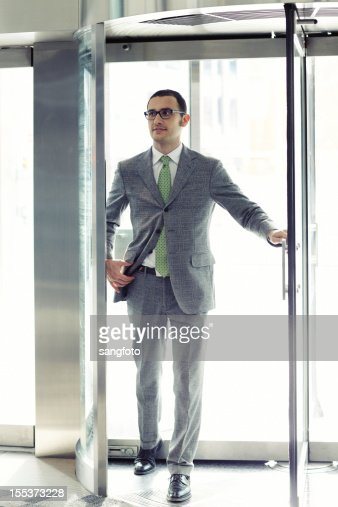 ビジネスマンを歩く回転ドア