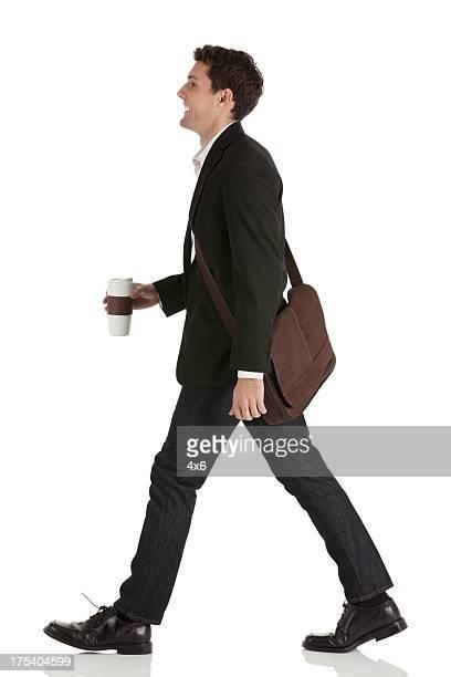 Homem de Negócios Andar com um Copo Descartável