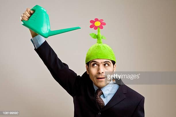 Geschäftsmann mit einer Mütze mit Blume