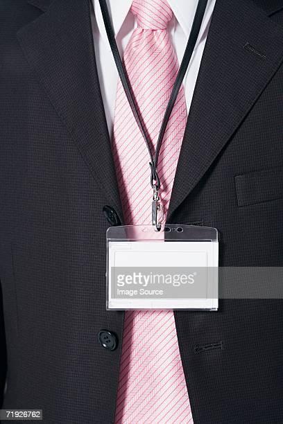 Hombre de negocios usando un pase de seguridad