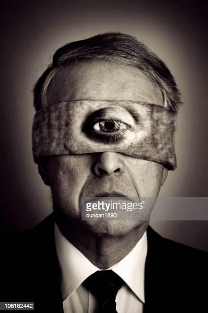 Empresário vestindo Blindfood com um olho, preto e branco