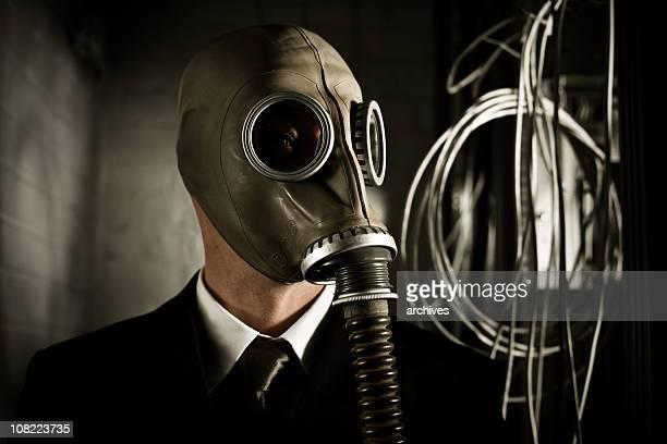 Uomo d'affari indossando Maschera antigas in sala Server scuro