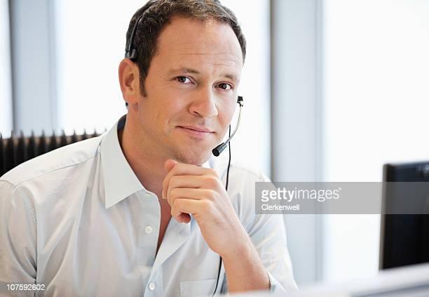 Geschäftsmann mit headset im Büro, Porträt