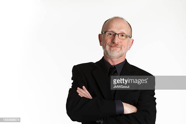 Uomo d'affari con le braccia incrociate in abito nero