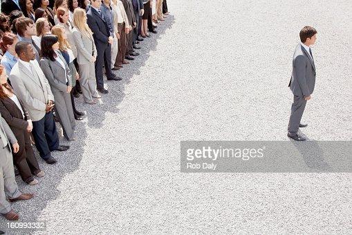 Empresario con espalda encendida multitud