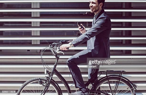 Bicicleta hombre de negocios hablando por teléfono con