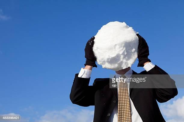Homme d'affaires avec grosse Boule de neige à garder la tête au frais