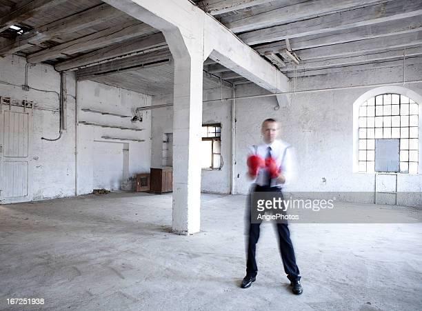 Homme d'affaires avec des gants de boxe de mouvement