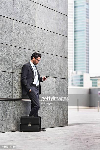 ビジネスマン、ブリーフケースやスマートフォン