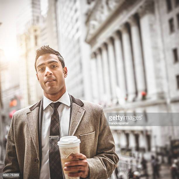 Homme d'affaires avec une tasse de café dans le pont de brooklyn