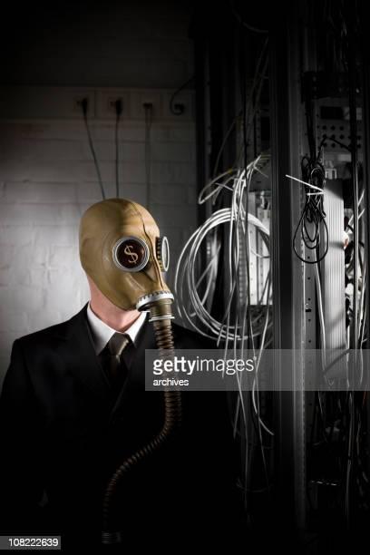 Uomo d'affari con simboli del dollaro in occhi indossando Maschera antigas