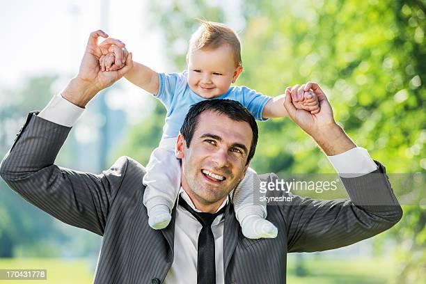 Hombre con su hijo jugando en el parque.