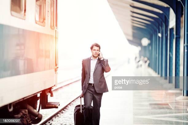 Geschäftsmann mit roller Fall Running für Zug der Station Plattform