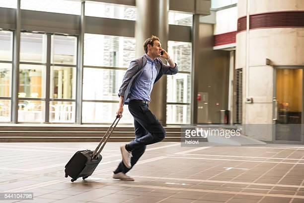 Homme d'affaires avec valise course, Kyoto, Japon