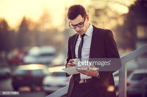 Uomo d'affari con un tablet