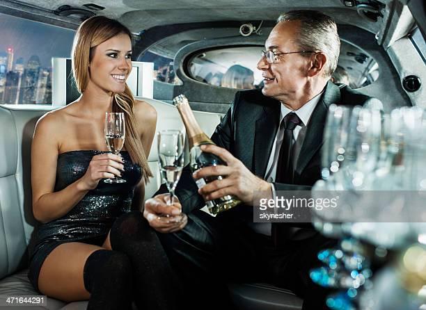 Homme d'affaires jeune femme dans une limousine.