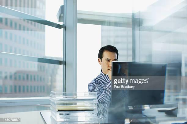ビジネスマンのワークデスクで、オフィス